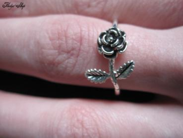 dezenter silberner Ring mit Rose