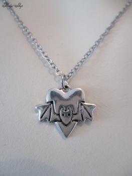 kleine Fledermaus mit Herz silber Halskette
